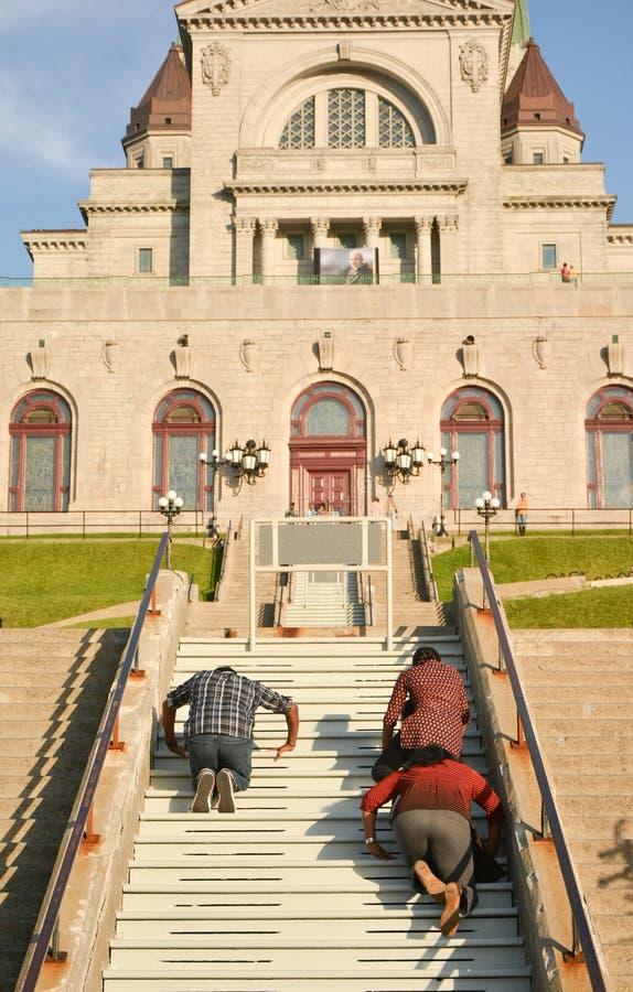 MONTREAL, CANADÁ - 20 DE AGOSTO DE 2014: La gente está rogando en pasos del oratorio del ` s de Saint Joseph del soporte real fotografía de archivo libre de regalías