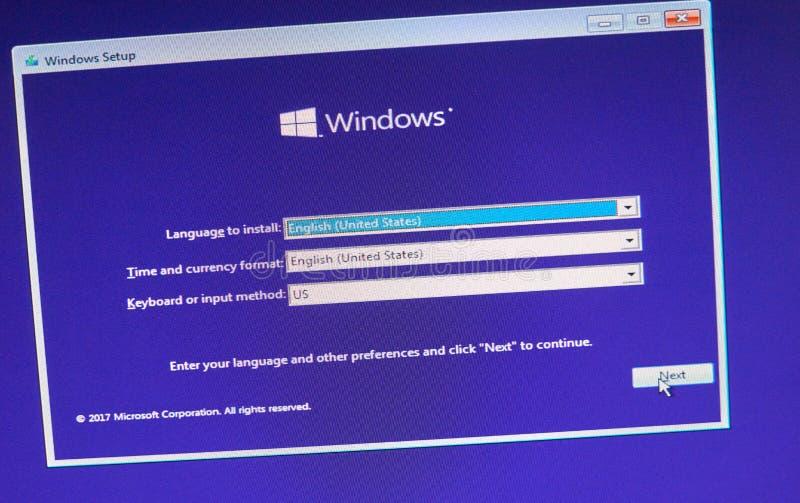 MONTREAL, CANADÁ - 8 DE NOVIEMBRE DE 2018: Proceso de instalación de sistema operativo Windows en una pantalla del ordenador port fotos de archivo
