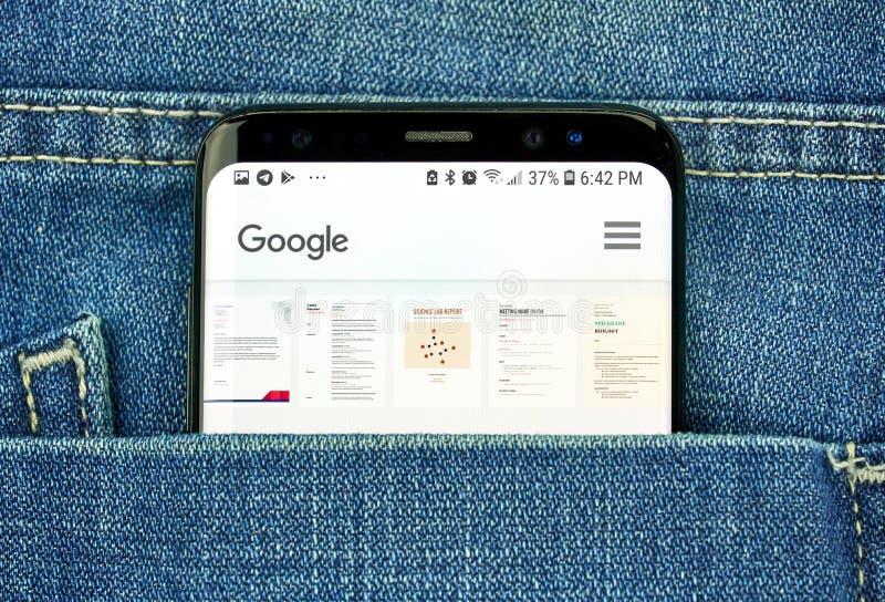 MONTREAL, CANADÁ - 4 DE OCTUBRE DE 2018: App de Google Docs en la pantalla s8 en un bolsillo de tejanos Google es una tecnología  fotos de archivo