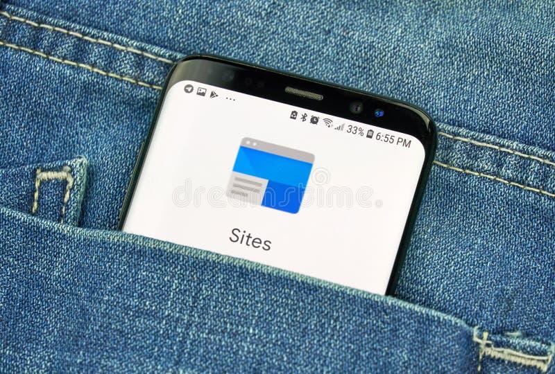 MONTREAL, CANADÁ - 4 DE OCTUBRE DE 2018: Sitios de Google, herramienta de la creación en la pantalla s8 Google es una empresa de  imagenes de archivo