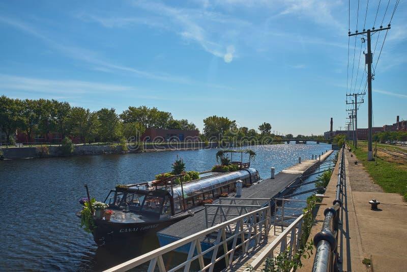 MONTREAL, CANADA - CIRCA SEPTEMBER 2018: Canal de Lachine på en solig dag Fritidsbåt vid piren royaltyfri foto