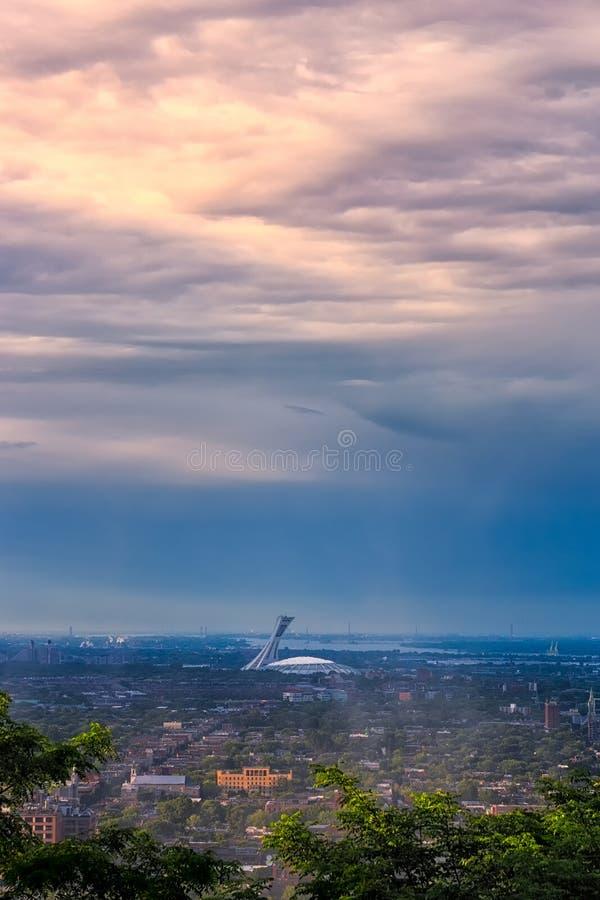 Montreal el estadio Olímpico en la puesta del sol fotografía de archivo