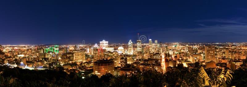 Montreal en la noche, visión desde el belvedere con color asombroso del otoño fotos de archivo