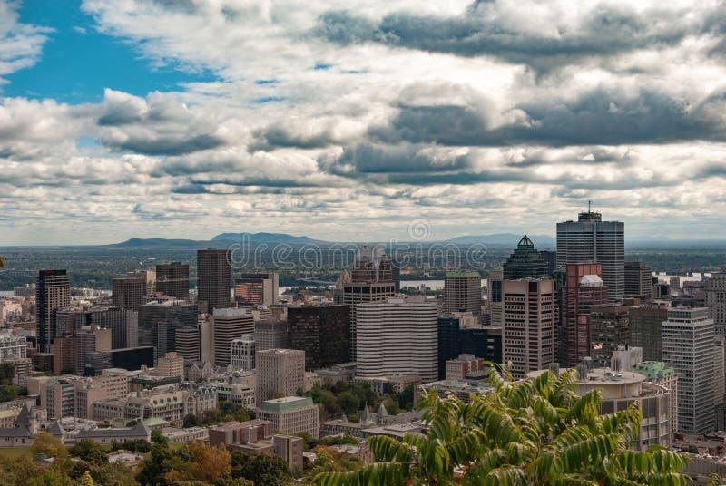 Montreal horisont - skyskraporna av det finansiella området i färg arkivbild