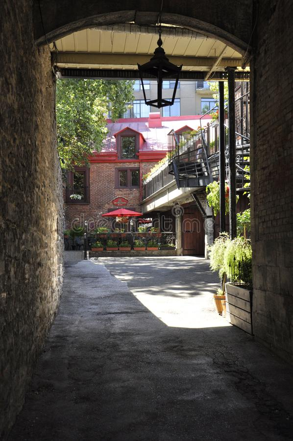 Montreal, il 26 giugno: Entrata antica del ristorante da Rue Saint Paul nel centro Ville di Montreal nel Canada immagini stock libere da diritti