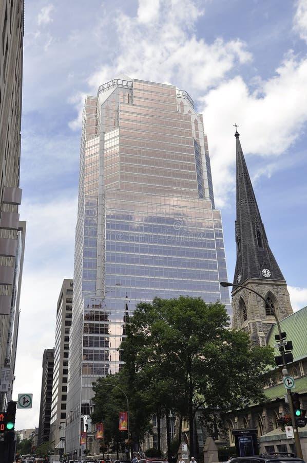 Montreal, 27 Juni: De Kerk en de Reis de gebouwen van KPMG van kathedraalchristus van de stad in van Montreal stock afbeeldingen
