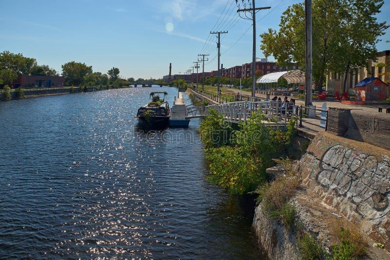 MONTREAL, KANADA - CIRCA SEPTEMBER 2018: Canal de Lachine am sonnigen Tag Vergnügungsboot am Anlegeplatz lizenzfreie stockfotografie