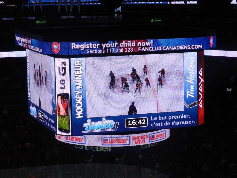 MONTREAL, KANADA, dzieci pokazuje Kanadyjską i amerykańską NHL grę, centrum dzwonkowy stadium, Krajowy liga hokejowa, Dzwonkowego obraz stock