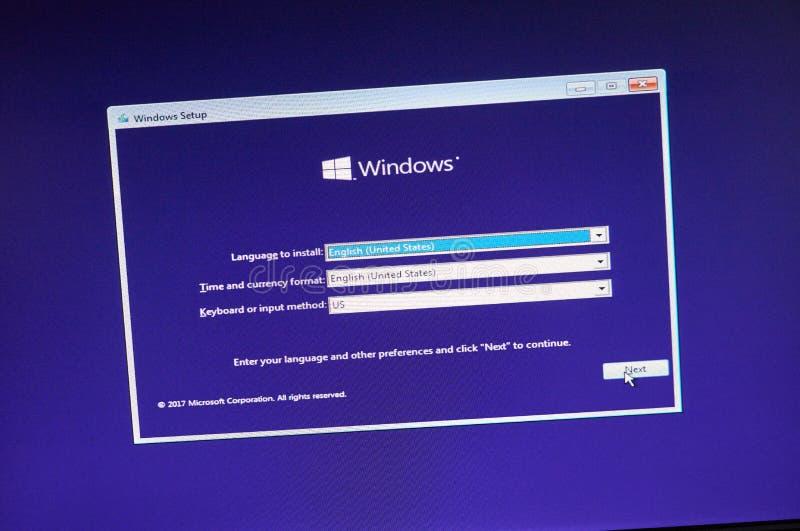 MONTREAL KANADA, LISTOPAD, - 8, 2018: Windows systemu operacyjnego instalacyjny proces na laptopu ekranie Microsoft jest amerykan fotografia stock