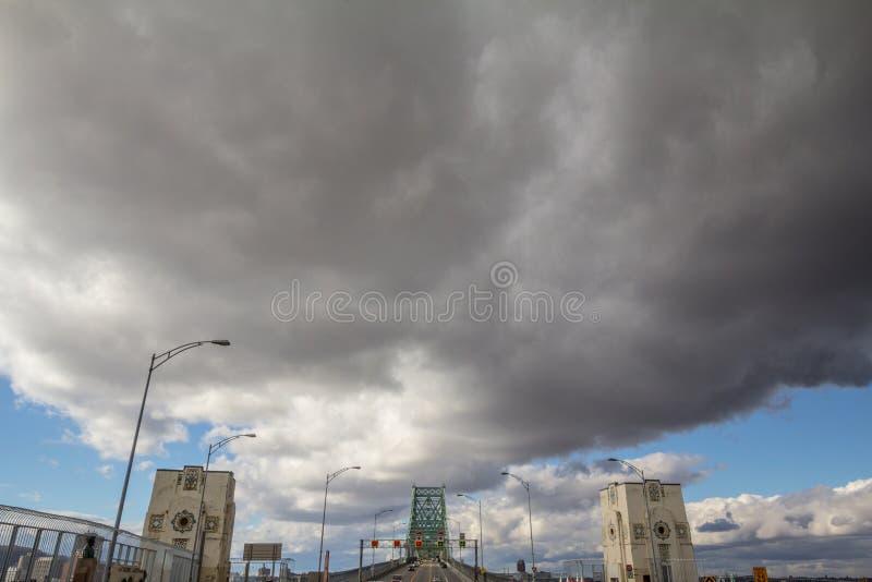 MONTREAL, KANADA - 8. NOVEMBER 2018: Autos u. LKW-Verkehr auf der Autobahn von Jacques Cartier-Brücke, in der Richtung nach Montr stockfoto