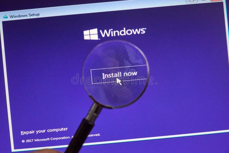 MONTREAL KANADA - NOVEMBER 8, 2018: Process för Windows operativsysteminstallation på en bärbar datorskärm Microsoft är en amerik royaltyfri bild