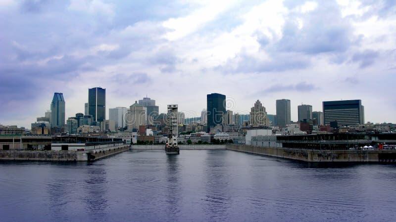 Montreal-Kanal und Skyline stockfotografie