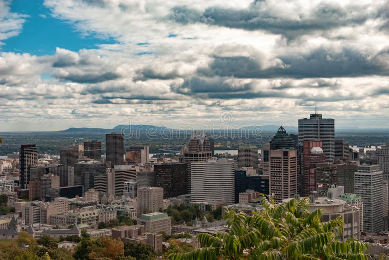 Montreal linia horyzontu - drapacz chmur pieniężny okręg w colour fotografia stock