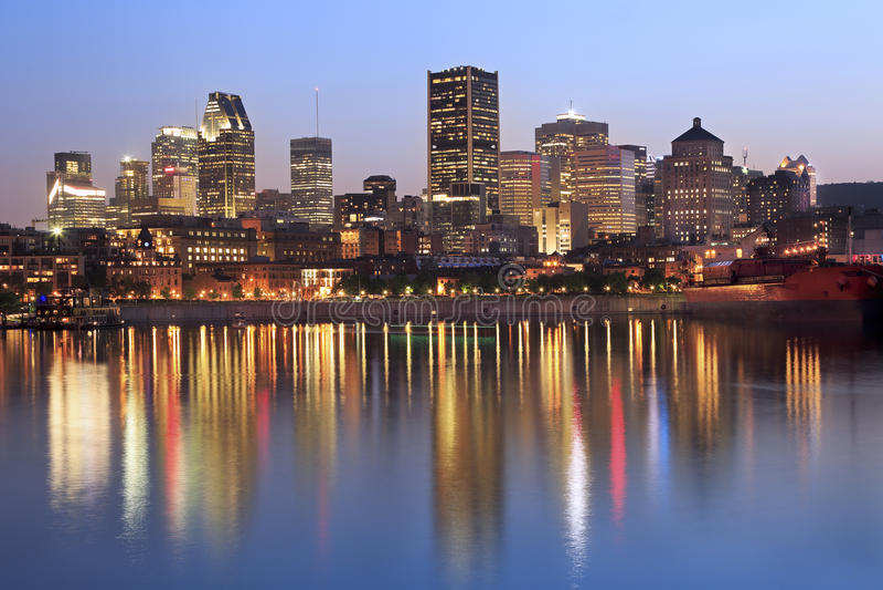 Montreal linia horyzontu i St Lawrance rzeka przy półmrokiem zdjęcie stock