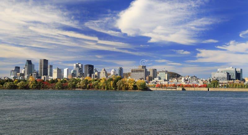 Montreal linia horyzontu i St Lawrance rzeka w jesieni, Quebec zdjęcie stock