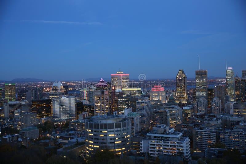 Montreal miasta linia horyzontu przy nocą zdjęcia royalty free
