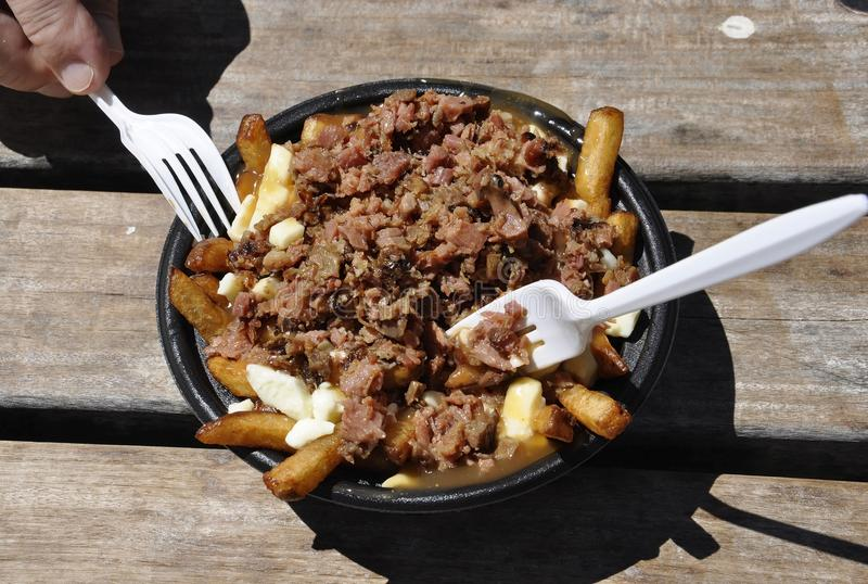 Montreal, o 26 de junho: Carne fumado com a placa dos patatoes do porto de Vieux de Montreal em Canadá fotografia de stock royalty free
