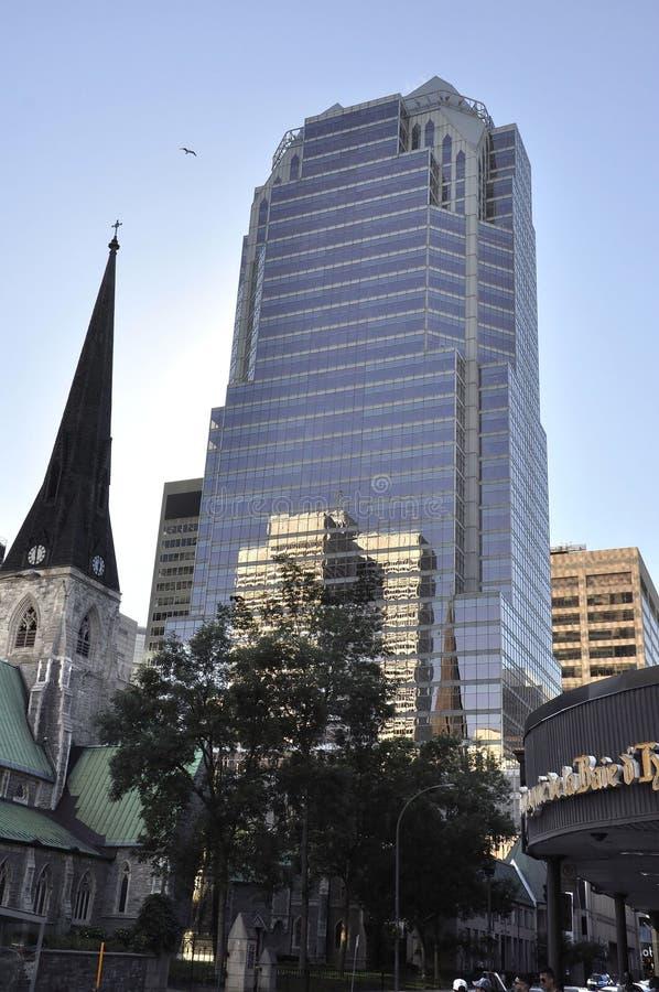 Montreal, o 27 de junho: Construções de KPMG da igreja e da excursão de Cristo da catedral da baixa de Montreal imagem de stock royalty free