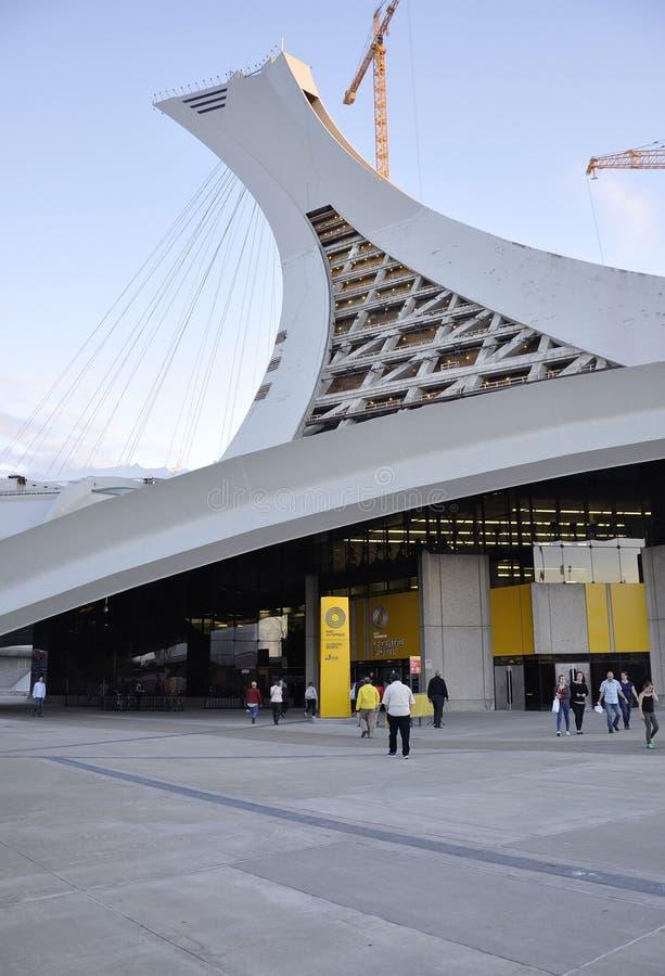 Montreal, o 27 de junho: Parque olímpico com a torre inclinado icónica de Montreal na província de Quebeque de Canadá imagens de stock