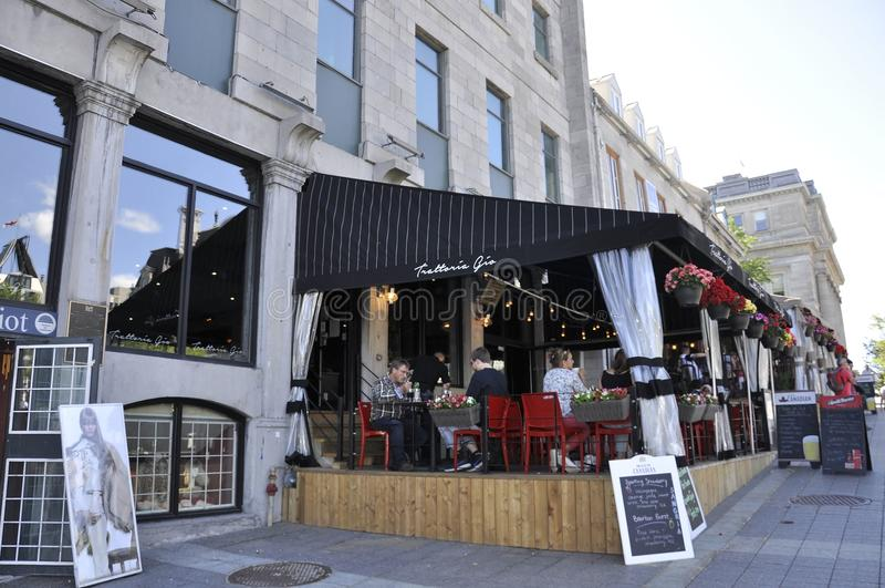 Montreal, o 26 de junho: Restaurante do terraço do lugar Jacques Cartier no centro Ville de Montreal em Canadá foto de stock