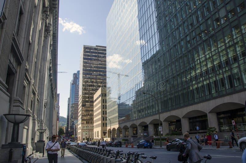 Montreal, Quebec, Canadá - 18 de julio de 2016 - calle adentro en el centro de la ciudad adentro foto de archivo libre de regalías