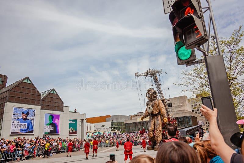 Montreal, Quebec, Canadá - 21 de mayo de 2017: Gente que toma las fotos del evento gigante de la marioneta del buceador de alta m fotografía de archivo libre de regalías