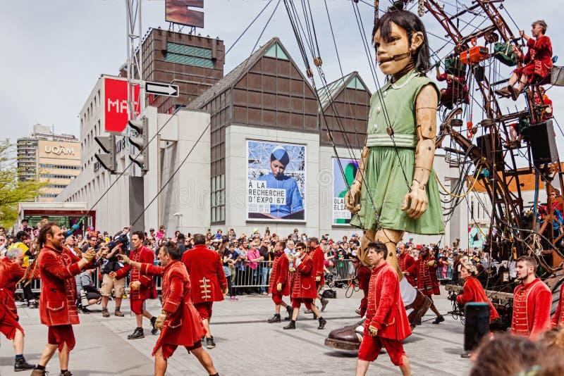 Montreal, Quebec, Canadá - 21 de mayo de 2017: Los les gigantes Geants de la marioneta de la niña y lilliputians del Royal de Lux foto de archivo libre de regalías