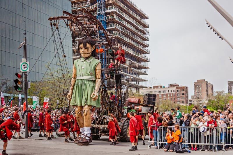 Montreal, Quebec, Canadá - 21 de mayo de 2017: Ponga los festivales del DES - espacio de evento al aire libre Las marionetas giga fotos de archivo