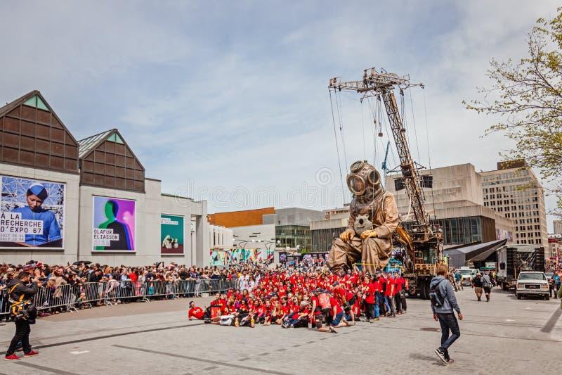 Montreal, Quebec, Canadá - 21 de mayo de 2017: Ponga los festivales del DES - espacio de evento al aire libre Las marionetas giga fotografía de archivo