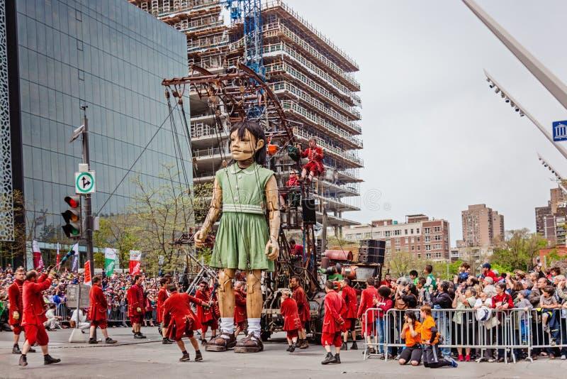 Montreal, Quebec, Canadá - 21 de mayo de 2017: Ponga los festivales del DES - la marioneta del gigante de la niña fotos de archivo