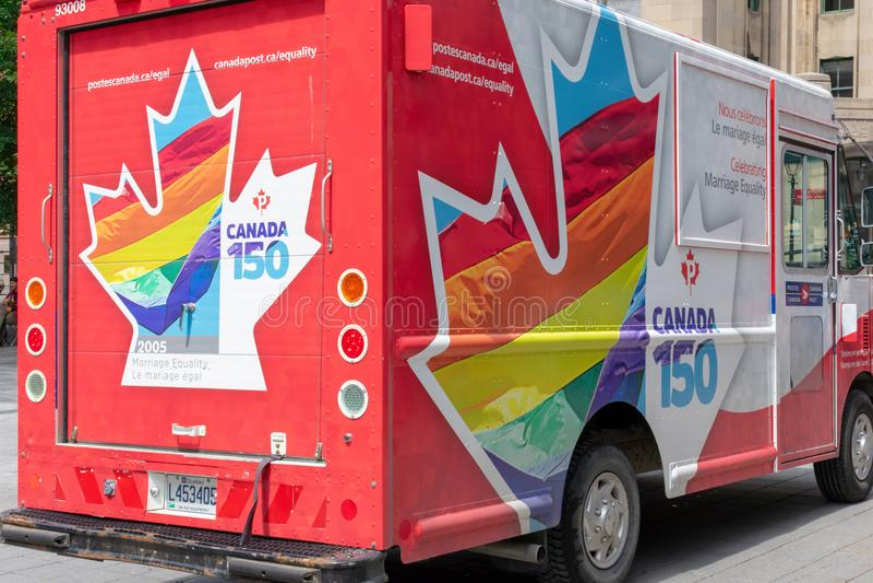 Montreal, Quebec/Canadá - truc canadiense colorido del correo 07-17-2018 foto de archivo libre de regalías