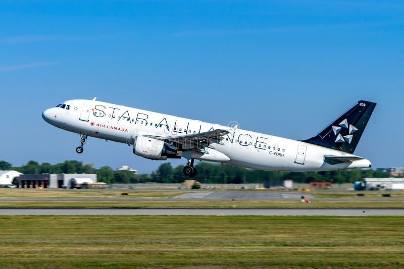Montreal, Quebec, Canada - 20 luglio 2017: Un Airbus A320 di Air Canada nella livrea di Star Alliance decolla da Montreal fotografia stock libera da diritti