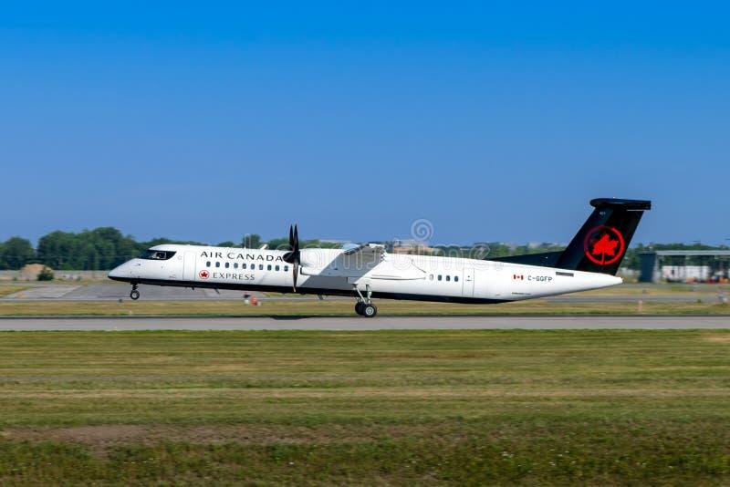 Montreal Quebec, Kanada - Juli 20, 2018: Ett Bombardierstreck 8 Q400 av Air Canada uttrycker, fungerings av den Jazz Aviation LP, arkivbild
