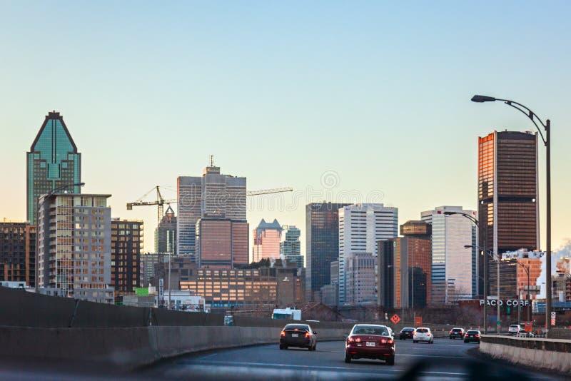 Montreal Quebec, Kanada - mars 11, 2016: Afton i den i stadens centrum Montreal staden, tidig solnedgång Vägsikt royaltyfria foton