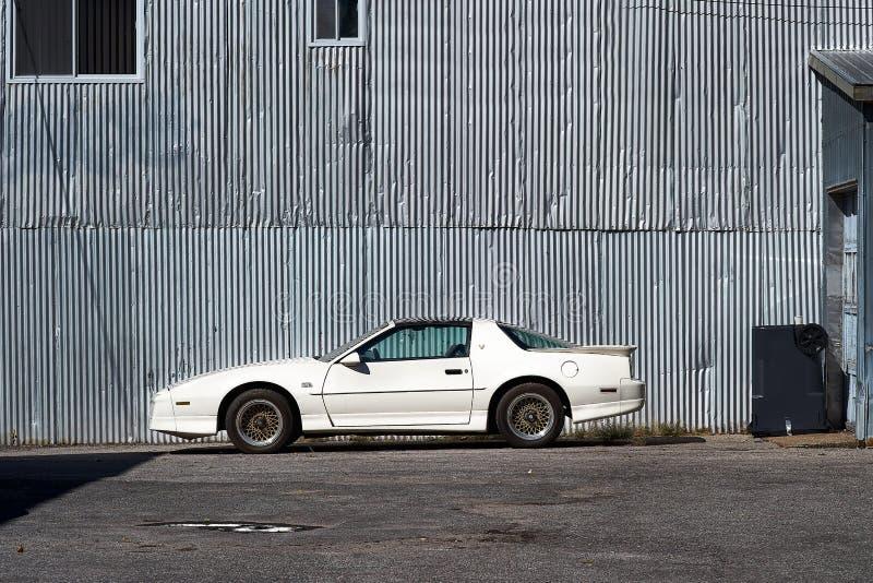Montreal Quebec, Kanada, September 27, 2018: Amerikanare 1982 som används, vitt Pontiac Firebird trans. f.m. GTA som parkeras på royaltyfria bilder
