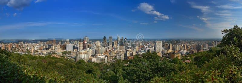 Montreal, Quebec, Kanada, Wrzesień 01, 2018: widok miasto panorama Montreal w Quebec, od szaletu Du Mont Królewski góry zdjęcie royalty free