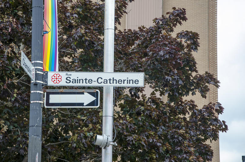 Montreal, Quebeque, Canadá - 18 de julho de 2016: Sinal de tráfego de Rue Sai imagens de stock royalty free