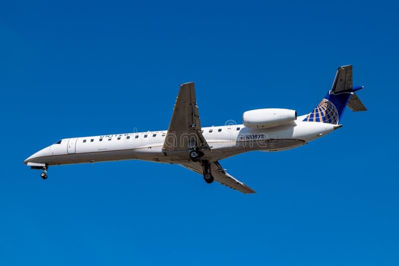 Montreal, Quebeque, Canadá - 20 de julho de 2018: Um Embraer ERJ-145 N13978 de linhas aéreas expressas unidas, operando-se por li imagens de stock