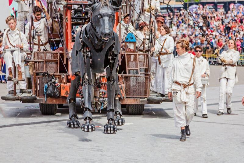 Montreal, Quebeque, Canadá - 21 de maio de 2017: Coloque festivais do DES - espaço de evento ao ar livre O cão gigante fotografia de stock royalty free