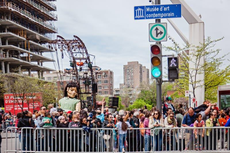 Montreal, Quebeque, Canadá - 21 de maio de 2017: Marionete gigante de sono da menina e a multidão fotos de stock royalty free