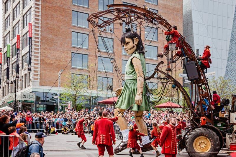 Montreal, Quebeque, Canadá - 21 de maio de 2017: O marionete e os Lilliputians gigantes da menina imagem de stock royalty free