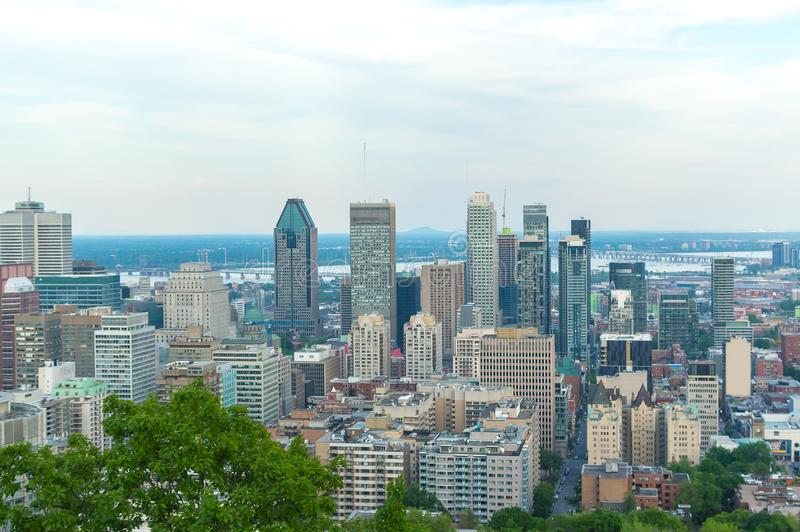 Montreal-Skyline im Sommer lizenzfreies stockfoto