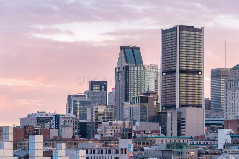 Montreal-Skyline vom alten Hafen lizenzfreie stockfotos