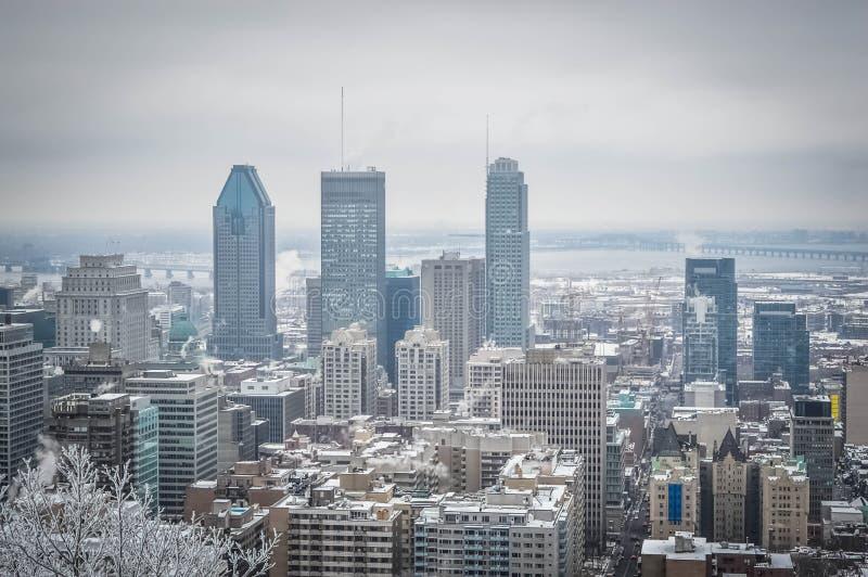 Montreal som är i stadens centrum i snö arkivbild