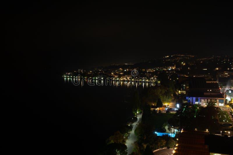 Montreaux i odbicia w jeziornym Lemanie w Szwajcaria przy nocą - 2 obraz stock