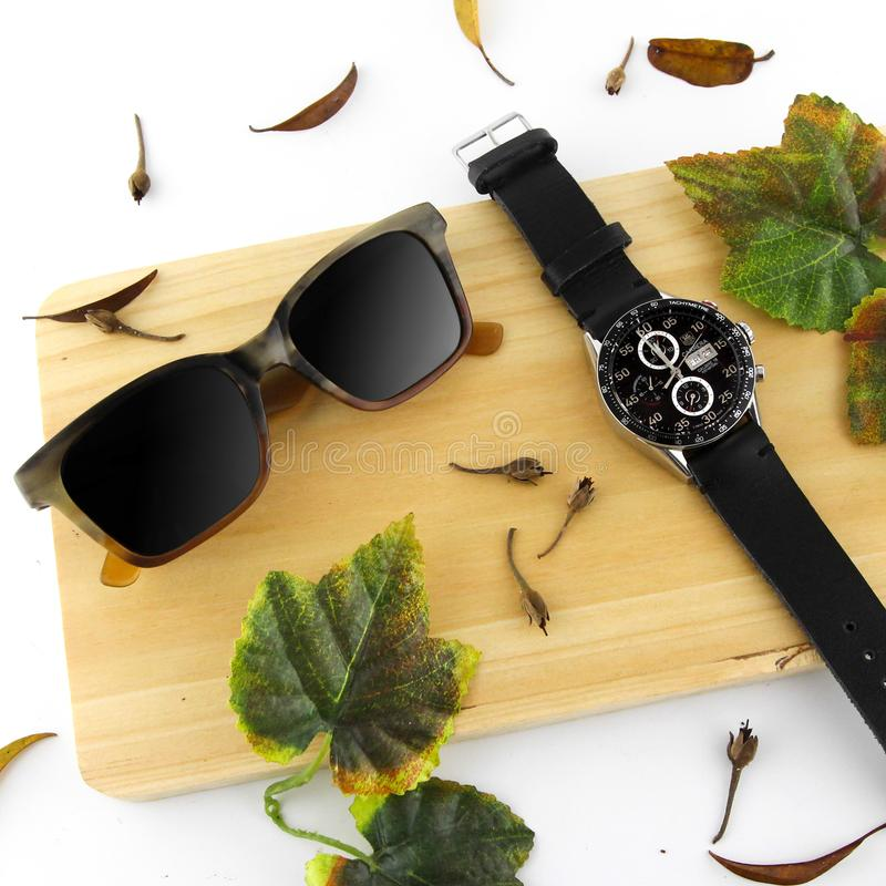 Montres de luxe de Heuer d'Eyewear et d'étiquette de Flatlay avec le fond blanc photographie stock