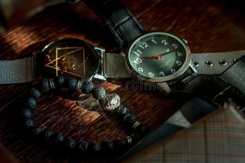 Montres et bracelet d'accessoires de mode du ` s d'hommes photos libres de droits