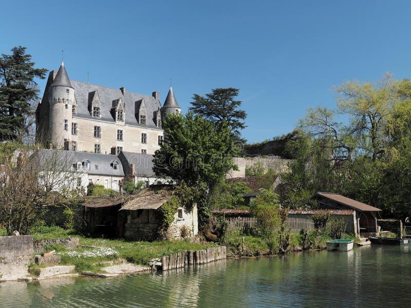 Montresordorp en kasteel van de Indrois-rivier, Frankrijk wordt gezien dat royalty-vrije stock afbeeldingen