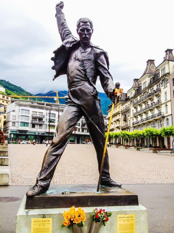 Montreux, Suiza - 26 de junio de 2012: Freddie Mercury broncea la estatua, un cantante británico y al vocalista de la ventaja de  fotos de archivo