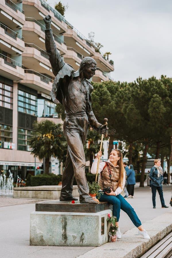 MONTREUX, SUIZA - 10 DE MAYO DE 2018 Turista de la mujer joven que visita la estatua del cantante Freddie Mercury fotos de archivo